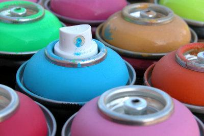 Sprühfarbe für Textilien in verschiedenen Farbtönen.