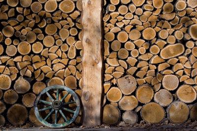 Bauen Sie einen Brennholzunterstand.