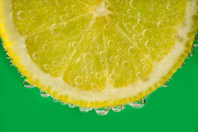 Zitronensaft kann gesunde Haut reizen.