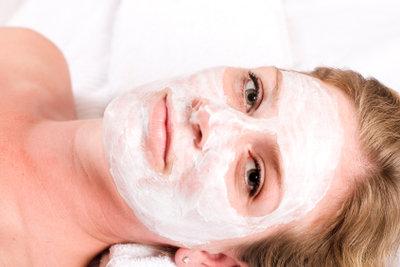 Kieselerde als Gesichtsmaske reinigt die Haut.