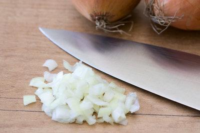 Gehackte Zwiebeln für einen Zwiebelwickel.