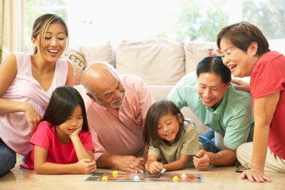 Basteln Sie Spielsteine für Brettspiele selber.