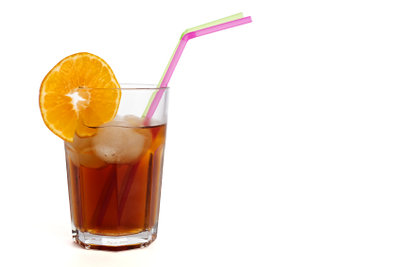 Servieren Sie erfrischende Getränke.