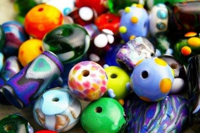 Aus selbst gemachten Perlen bunte Ketten basteln.