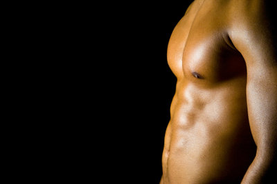 Mit Hanteln kann man Brustmuskeltraining absolvieren.