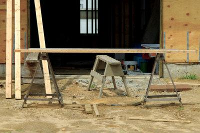 Garagenböden können Sie mit Ausleichsmasse ebnen.