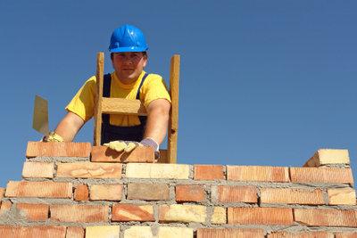 Eine Betonmauer bietet Lärm- und Sichtschutz.