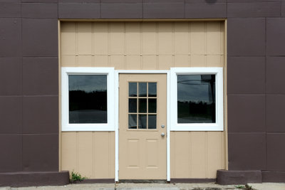 So können Sie Holzfenster abdichten.