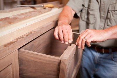 Holz muss vorm Lackieren entwachst werden.