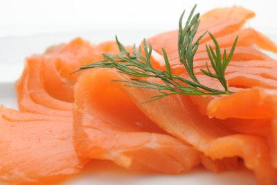 Leckerer Lachs gehört in die Spinat-Lachs-Quiche.