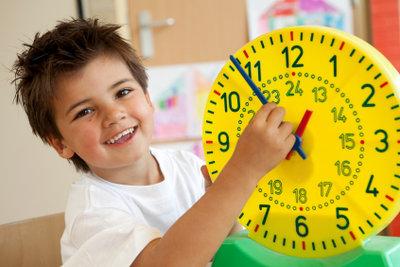 Kinder lernen spielerisch die Uhr kennen.