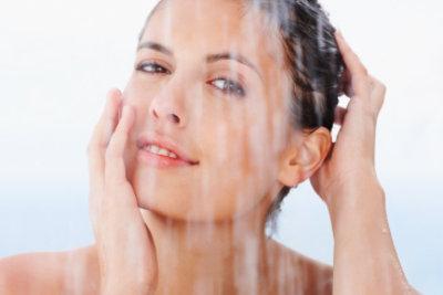 Nutzen Sie Kräuter zur natürlichen Haarpflege.