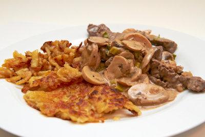 Geschnetzeltes wird traditionell mit Rösti serviert.