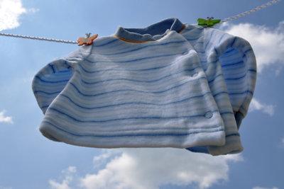 Wäsche trocknet auf der Wäscheleine kostenlos.