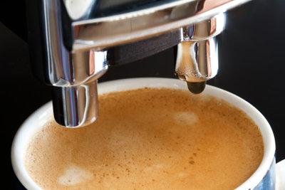 So reinigen Sie die Espressokanne.
