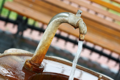 So dichten Sie einen Brunnen ab.