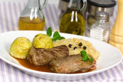 Rouladen mit Sauerkraut oder Rotkraut servieren.
