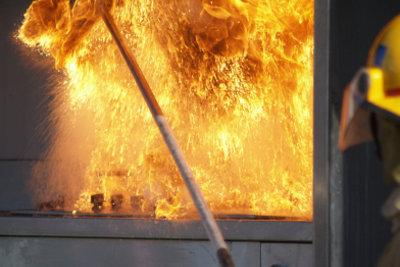 Löschen Sie Ölbrände nicht mit Wasser.