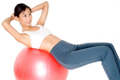 Bauchmuskeln erhalten Sie durch regelmäßiges Training.
