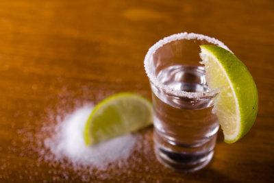 Wer keine Zitrone zur Hand hat, kann Tequila auch mit Limetten genießen.
