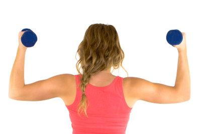 Trainieren Sie Ihre Arme mit Kurzhanteln.