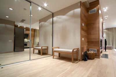 Spiegel geben dem Flur erlesenes Ambiente.