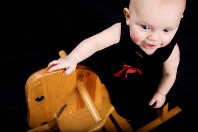 Kinder lieben Schaukelpferde aus Holz.