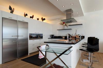 Der Edelstahl-Kühlschrank glänzt Dank richtiger Reinigung.