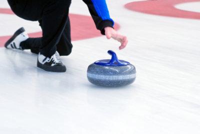 Eisstockschießen ist ein geselliger Wintersport.