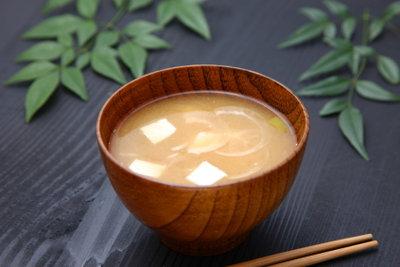 Misosuppe ist Bestandteil eines japanischen Frühstücks.
