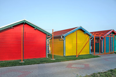 Ein Gartenhaus kann farbig gestaltet werden.