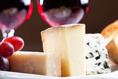 Bei Weinproben sollten Häppchen serviert werden.