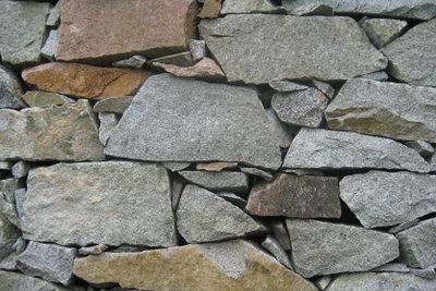 Sorgfältig geschichtet halten die Steine.