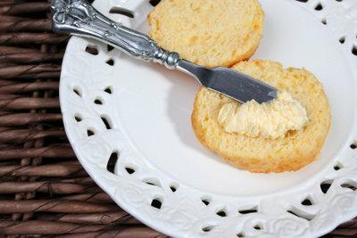 Entfernen Sie Kontaktkleber mit Margarine.