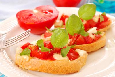 Tomaten-Bruschetta ist eine leckere Vorspeise.