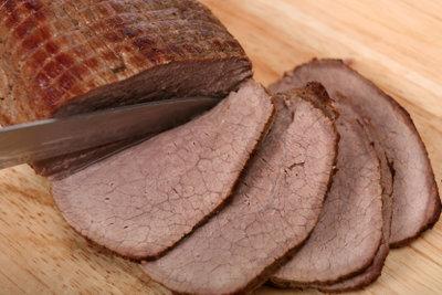 Schneiden Sie das Fleisch in Scheiben.