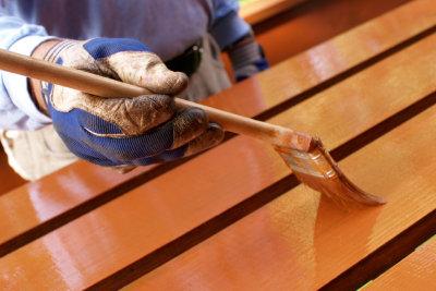 Holzbeize zum Einfärben einsetzen
