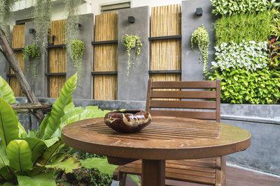 Gestalten Sie Ihre Gartenmauer dekorativ.