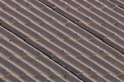 Auch Eternitdächer werden sanierungsbedürftig.
