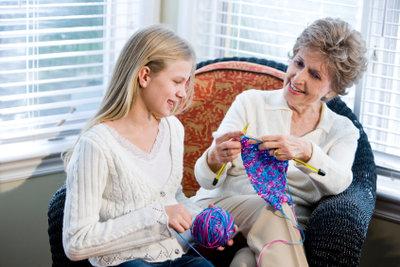 Mit Wolle einen Poncho selber stricken.
