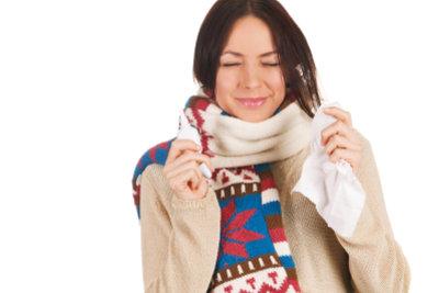 Eine Nasenspülung hilft bei Schnupfen.