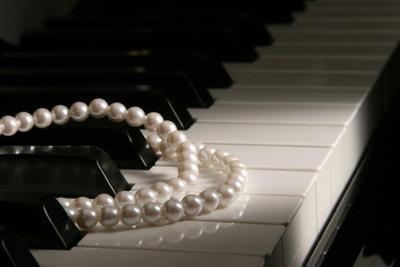Perlenketten passen zum Stil der 20er Jahre.