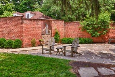 Befestigen Sie Gartenanlagen mit Winkelsteinen.