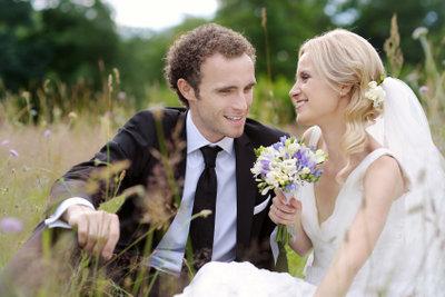 Schmücken Sie ein Hochzeitsauto für Brautleute.