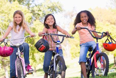 Viertklässler müssen eine Radfahrprüfung absolvieren.