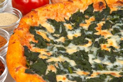 Pizza Spinaci ist schnell selbst gemacht.