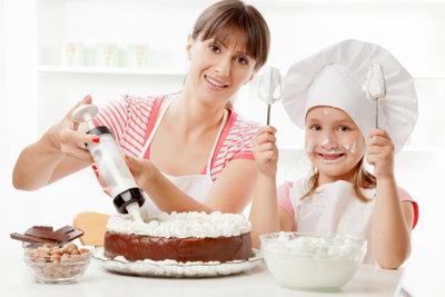 Kuchen backen ist ein Familienspaß.