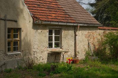 Oft haben alte Häuser Zink-Dachrinnen.