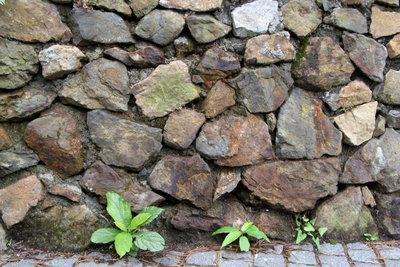 Eine Natursteinmauer ist langlebig und schnell gebaut.