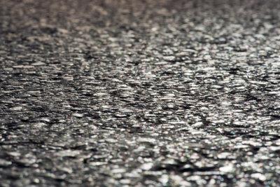 Bitumen schützt Straßen und Fundamente.